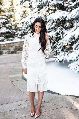 Cómo combinar: zapatos de tacón de cuero plateados, vestido midi de crochet blanco