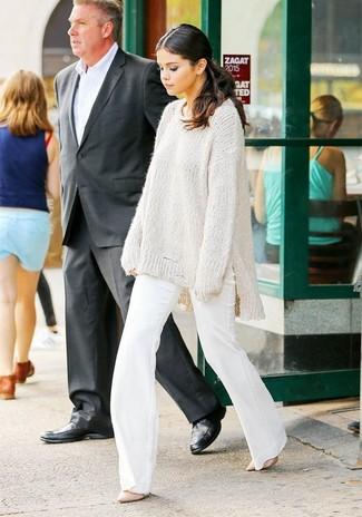 Cómo combinar: zapatos de tacón de cuero rosados, pantalón de campana blanco, jersey oversized de punto blanco