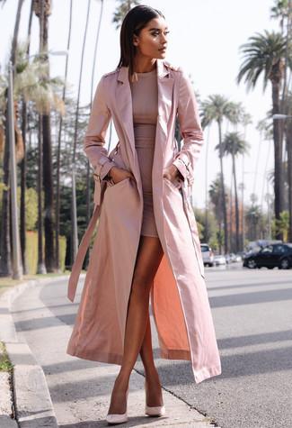 Cómo combinar: zapatos de tacón de cuero rosados, vestido ajustado rosado, gabardina rosada