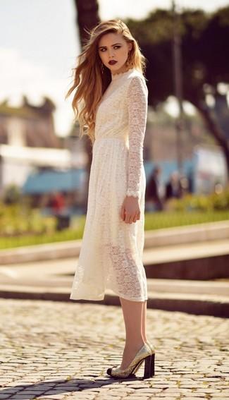 Cómo combinar: zapatos de tacón de lentejuelas dorados, vestido midi de encaje blanco
