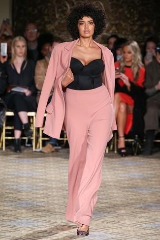 Cómo combinar: zapatos de tacón de satén estampados negros, corsé negro, traje de seda rosado