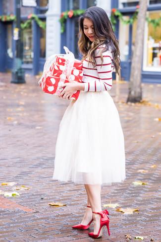 Cómo combinar: zapatos de tacón de satén rojos, falda campana de tul blanca, camiseta de manga larga de rayas horizontales en blanco y rojo