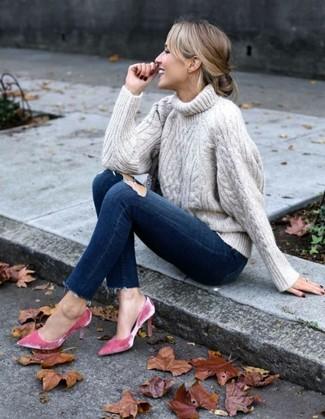 Cómo combinar: zapatos de tacón de terciopelo rosa, vaqueros pitillo desgastados azul marino, jersey de cuello alto de punto en beige