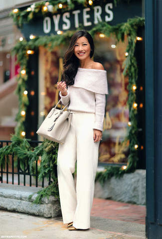 Cómo combinar: bolsa tote de cuero en beige, zapatos de tacón de cuero dorados, pantalones anchos blancos, top con hombros descubiertos de punto blanco