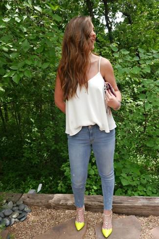 Combinar una camiseta sin manga de seda blanca: Si eres el tipo de chica de jeans y camiseta, te va a gustar la combinación de una camiseta sin manga de seda blanca y unos vaqueros pitillo celestes. Zapatos de tacón de cuero en amarillo verdoso son una opción atractiva para complementar tu atuendo.