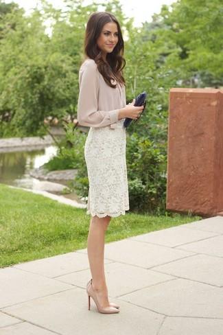 Cómo combinar: cartera sobre de cuero azul marino, zapatos de tacón de cuero en beige, falda lápiz de encaje blanca, blusa de botones en beige