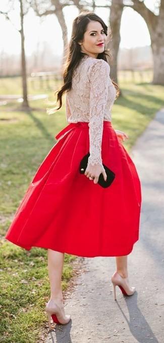 Cómo combinar: cartera sobre de ante negra, zapatos de tacón de cuero en beige, falda midi plisada roja, camiseta de manga larga de encaje en beige