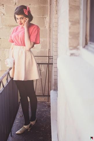Cómo combinar: corbatín rosa, zapatos de tacón de cuero en beige, falda skater rosada, camiseta con cuello circular rosa