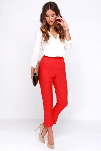 Cómo combinar: cartera sobre de cuero de leopardo marrón claro, zapatos de tacón de cuero en beige, pantalón de pinzas rojo, blusa de manga larga blanca