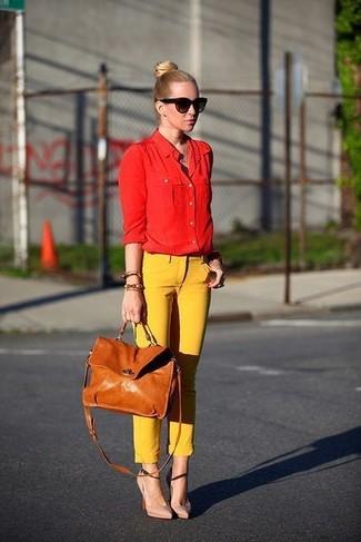 Cómo combinar: bolso de hombre de cuero marrón claro, zapatos de tacón de cuero en beige, pantalones pitillo amarillos, camisa de vestir roja
