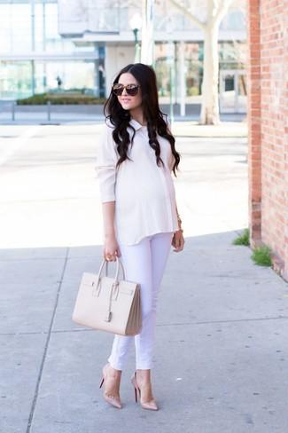 Cómo combinar: bolsa tote de cuero en beige, zapatos de tacón de cuero en beige, vaqueros blancos, camisa de vestir de seda blanca