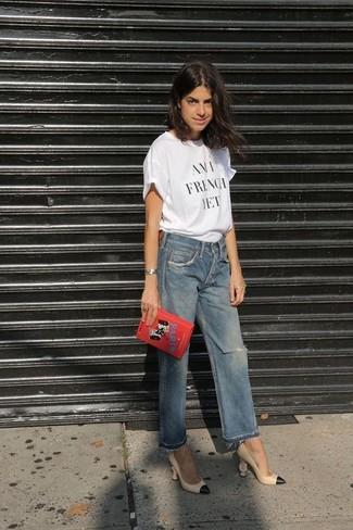 Cómo combinar: cartera sobre bordada roja, zapatos de tacón de cuero en beige, vaqueros boyfriend desgastados azules, camiseta con cuello circular estampada en blanco y negro