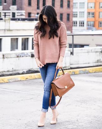 Cómo combinar: bolso de hombre de cuero marrón, zapatos de tacón de cuero en beige, vaqueros pitillo desgastados azules, jersey de cuello alto de punto rosado