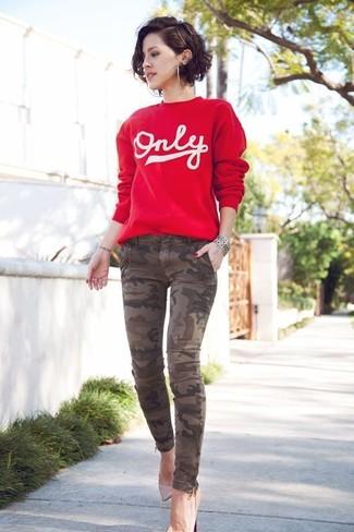 Cómo combinar: pulsera plateada, zapatos de tacón de cuero en beige, vaqueros pitillo de camuflaje marrónes, jersey con cuello circular estampado en rojo y blanco