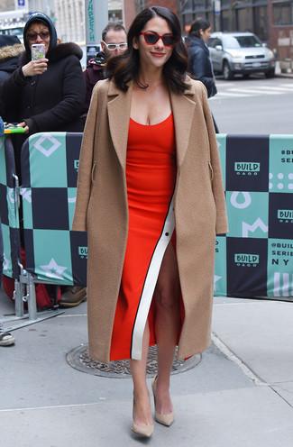 Cómo combinar: gafas de sol rojas, zapatos de tacón de ante en beige, vestido tubo rojo, abrigo marrón claro