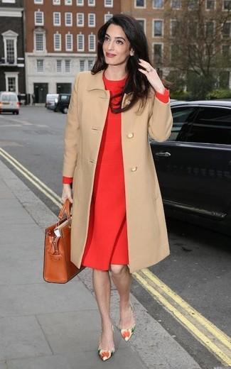 Cómo combinar: bolsa tote de cuero en tabaco, zapatos de tacón de cuero con print de flores en multicolor, vestido tubo rojo, abrigo marrón claro