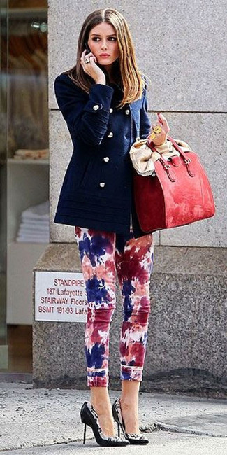 Cómo combinar: bolsa tote de cuero roja, zapatos de tacón de cuero estampados en negro y blanco, vaqueros pitillo efecto teñido anudado en multicolor, chaquetón azul marino