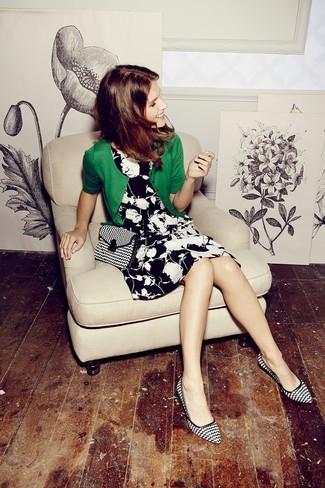 Cómo combinar: bolso bandolera de lona en negro y blanco, zapatos de tacón de cuero estampados en negro y blanco, vestido skater con print de flores en negro y blanco, cárdigan verde