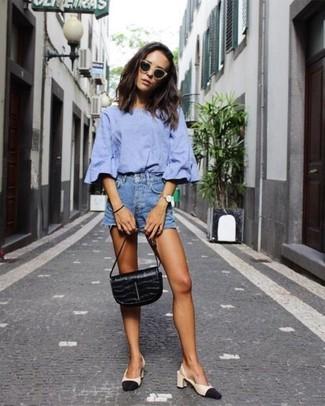 Cómo combinar: cartera de cuero negra, zapatos de tacón de cuero en negro y marrón claro, pantalones cortos vaqueros azules, blusa de manga corta celeste