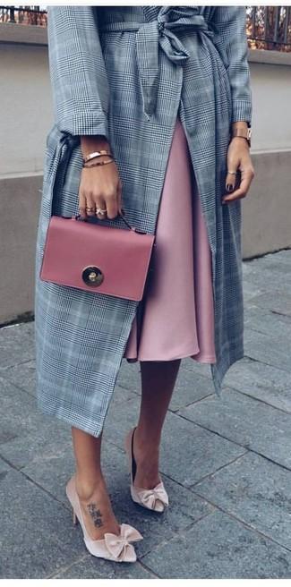 Combinar un abrigo de tartán gris estilo casual elegante: Para un atuendo que esté lleno de caracter y personalidad considera emparejar un abrigo de tartán gris con una falda campana rosada. Este atuendo se complementa perfectamente con zapatos de tacón de terciopelo en beige.