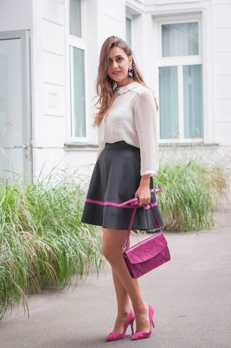 Cómo combinar: bolso bandolera de cuero morado, zapatos de tacón de ante morado, falda campana negra, blusa de botones de gasa blanca