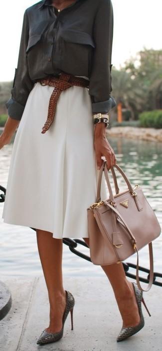 Combinar un bolso de hombre: Emparejar una blusa de botones en gris oscuro junto a un bolso de hombre es una opción estupenda para el fin de semana. Zapatos de tacón de cuero en gris oscuro son una opción buena para complementar tu atuendo.