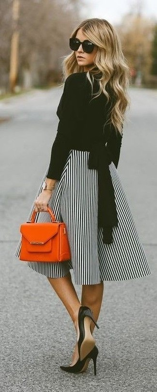 Cómo combinar: cartera de cuero naranja, zapatos de tacón de cuero negros, falda campana de rayas verticales en blanco y negro, blusa de manga larga negra
