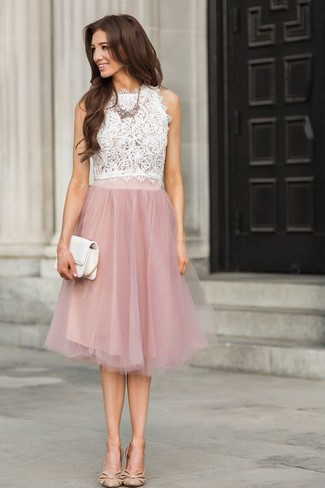 Cómo combinar: cartera sobre de cuero blanca, zapatos de tacón de cuero en beige, falda campana de encaje rosada, blusa sin mangas de encaje blanca