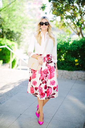 Cómo combinar: bolso bandolera de cuero en beige, zapatos de tacón de cuero rosa, falda campana con print de flores en blanco y rosa, camisa de vestir de encaje blanca