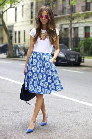 Cómo combinar: bolsa tote de cuero negra, zapatos de tacón de ante azules, falda campana con print de flores azul, camiseta con cuello circular blanca
