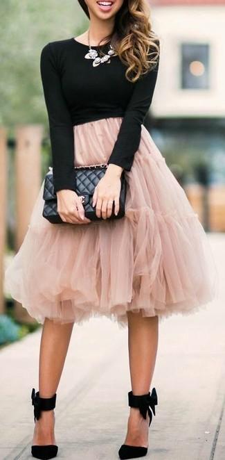 Cómo combinar: bolso de hombre de cuero acolchado negro, zapatos de tacón de ante negros, falda campana de tul rosada, camiseta de manga larga negra