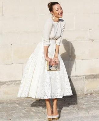 Cómo combinar: cartera sobre de cuero estampada en beige, zapatos de tacón de ante en beige, falda campana de encaje blanca, jersey con cuello circular en beige