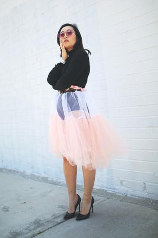 Cómo combinar: correa de cuero en marrón oscuro, zapatos de tacón de cuero negros, falda campana de tul rosada, jersey corto negro