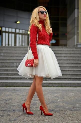 Cómo combinar: bolso bandolera de cuero acolchado rojo, zapatos de tacón de cuero rojos, falda campana de tul blanca, jersey de cuello alto de punto rojo