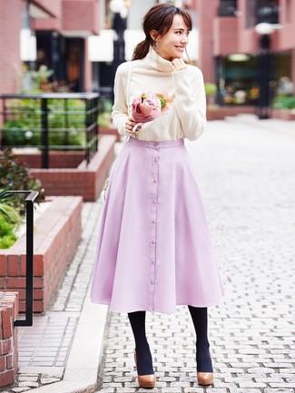 Cómo combinar: bolso bandolera de cuero blanco, zapatos de tacón de cuero gruesos marrónes, falda campana rosada, jersey de cuello alto en beige