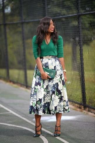 Combinar una falda campana azul marino: Intenta combinar un jersey de pico verde junto a una falda campana azul marino y te verás como todo un bombón. Zapatos de tacón de cuero verde oscuro son una opción inmejorable para complementar tu atuendo.