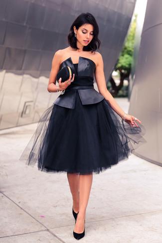 Combinar unos zapatos de tacón de ante negros: Intenta combinar un top con sobrefalda de cuero negro junto a una falda campana de malla negra para un look diario sin parecer demasiado arreglada. Zapatos de tacón de ante negros son una opción atractiva para completar este atuendo.