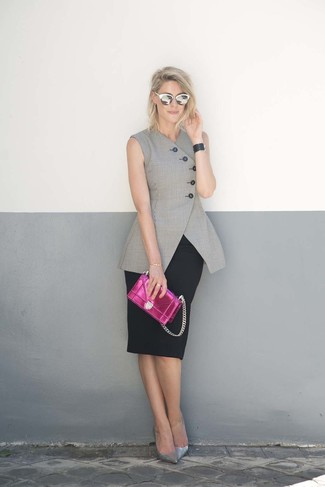 Cómo combinar: cartera sobre de cuero rosa, zapatos de tacón de cuero plateados, falda lápiz negra, blazer sin mangas gris