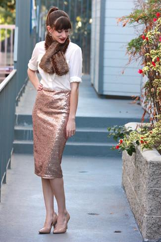 Cómo combinar: bufanda de pelo marrón, zapatos de tacón de cuero en beige, falda lápiz de lentejuelas rosada, blusa de botones blanca