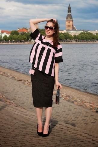 Cómo combinar: cartera sobre transparente, zapatos de tacón de ante negros, falda lápiz estampada negra, blusa de manga corta de rayas verticales en rosa y negro