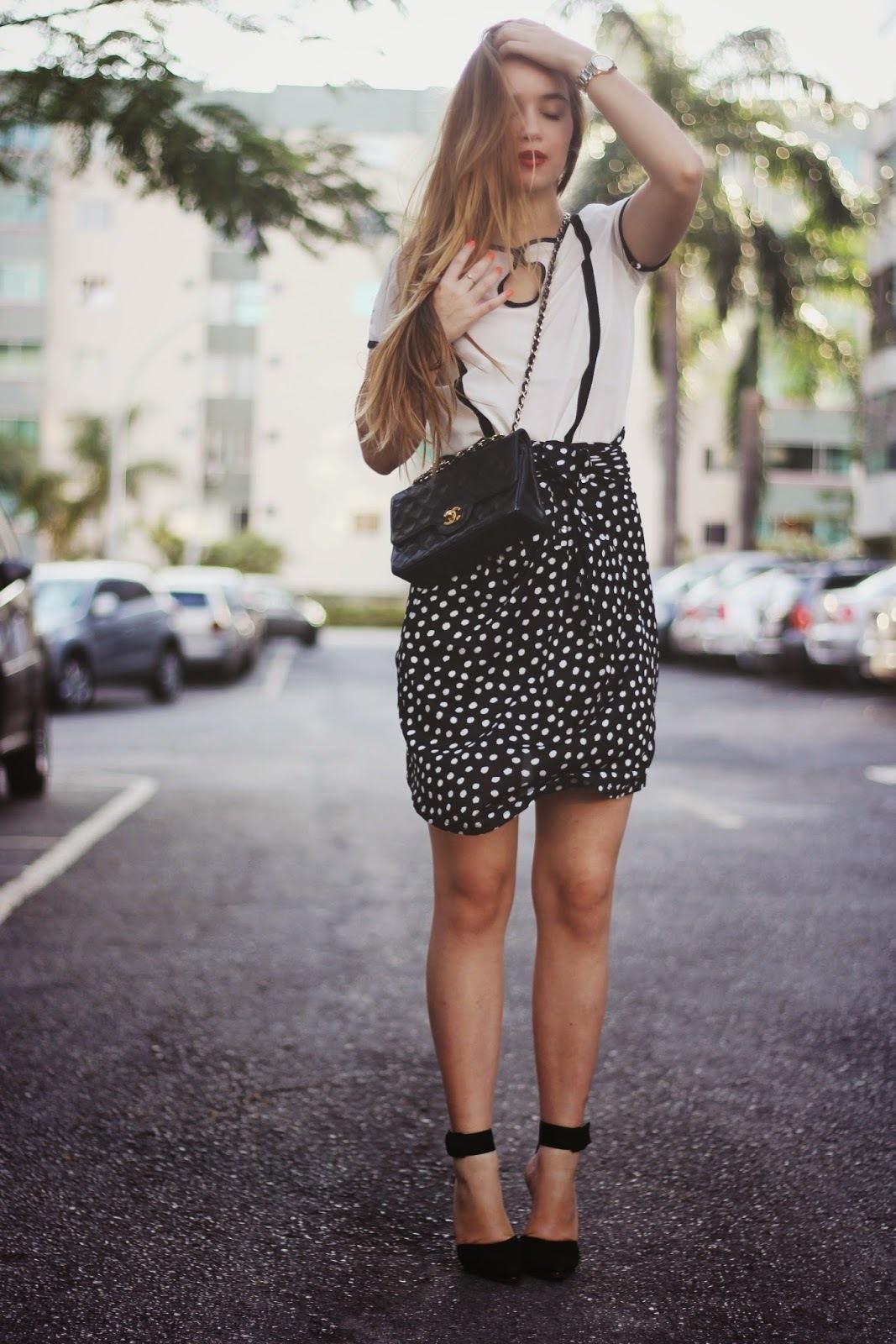 bd586ae24 Cómo combinar una falda lápiz negra con una blusa de manga corta ...