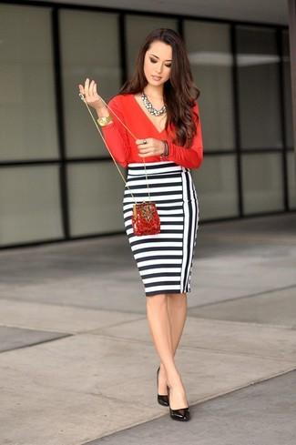 Cómo combinar: cartera sobre de lentejuelas roja, zapatos de tacón de cuero negros, falda lápiz de rayas horizontales en blanco y negro, blusa de manga larga roja