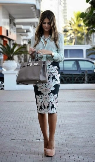 Cómo combinar: bolsa tote de cuero en gris oscuro, zapatos de tacón de ante en beige, falda lápiz con print de flores en negro y blanco, camisa de vestir en verde menta