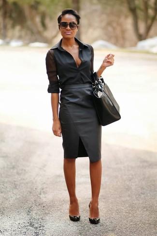 Cómo combinar: bolsa tote de cuero negra, zapatos de tacón de cuero negros, falda lápiz de cuero negra, camisa de vestir de gasa negra