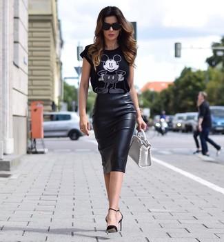 Cómo combinar: cartera de cuero blanca, zapatos de tacón de cuero negros, falda lápiz de cuero negra, camiseta con cuello circular estampada en negro y blanco