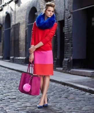 Cómo combinar: bolsa tote de cuero rosa, zapatos de tacón de cuero con print de serpiente azules, falda lápiz rosa, jersey con cuello circular rojo