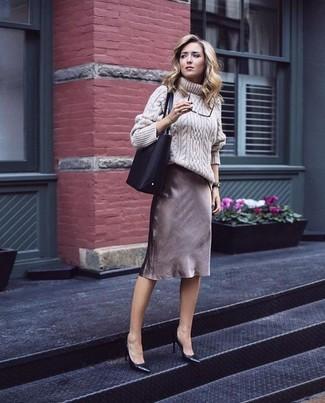 Cómo combinar: bolsa tote de cuero negra, zapatos de tacón de cuero negros, falda lápiz marrón, jersey de cuello alto de lana de punto en beige