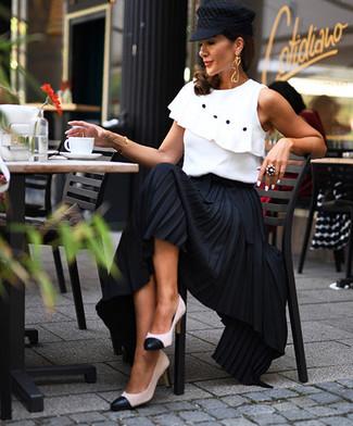 Look de moda: Gorra inglesa negra, Zapatos de tacón de cuero en blanco y negro, Falda larga plisada negra, Blusa sin mangas con volante blanca