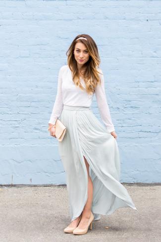 Cómo combinar: cartera sobre de satén en beige, zapatos de tacón de cuero en beige, falda larga celeste, camiseta de manga larga blanca