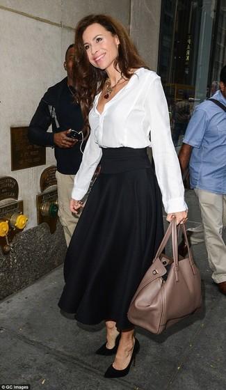 Cómo combinar: bolsa tote de cuero marrón, zapatos de tacón de ante negros, falda midi plisada negra, blusa de botones de seda blanca